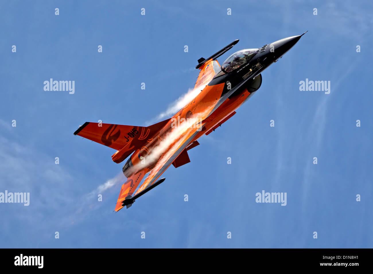 General Dynamics F-16AM Fighting Falcon della Royal Netherlands F-16 Demo Team a RNAS Yeovilton aria giorno, Somerset, Immagini Stock