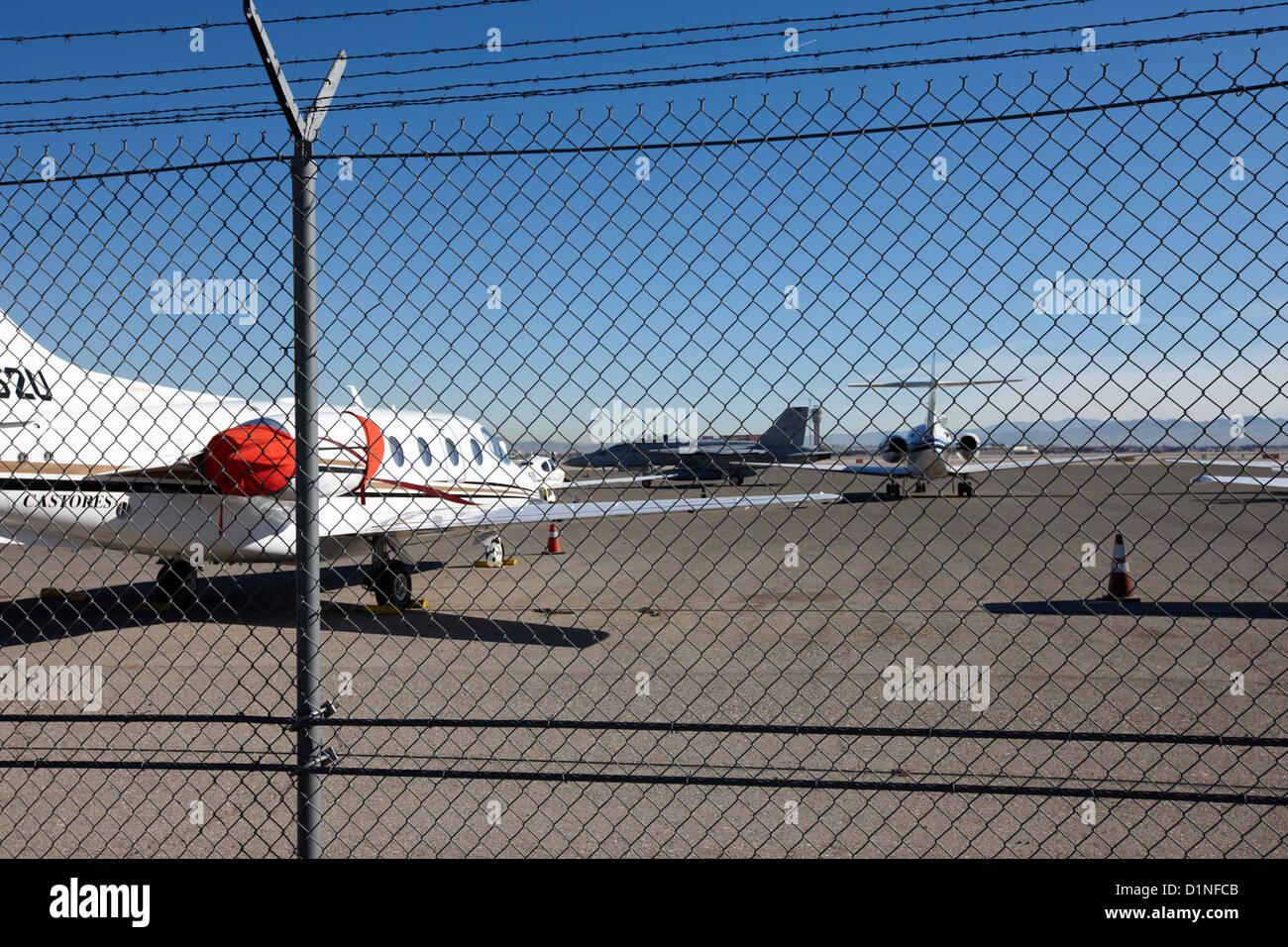Catena di sicurezza link scherma con attenzione area riservata segno sul perimetro dell'aeroporto mccarran Las Immagini Stock