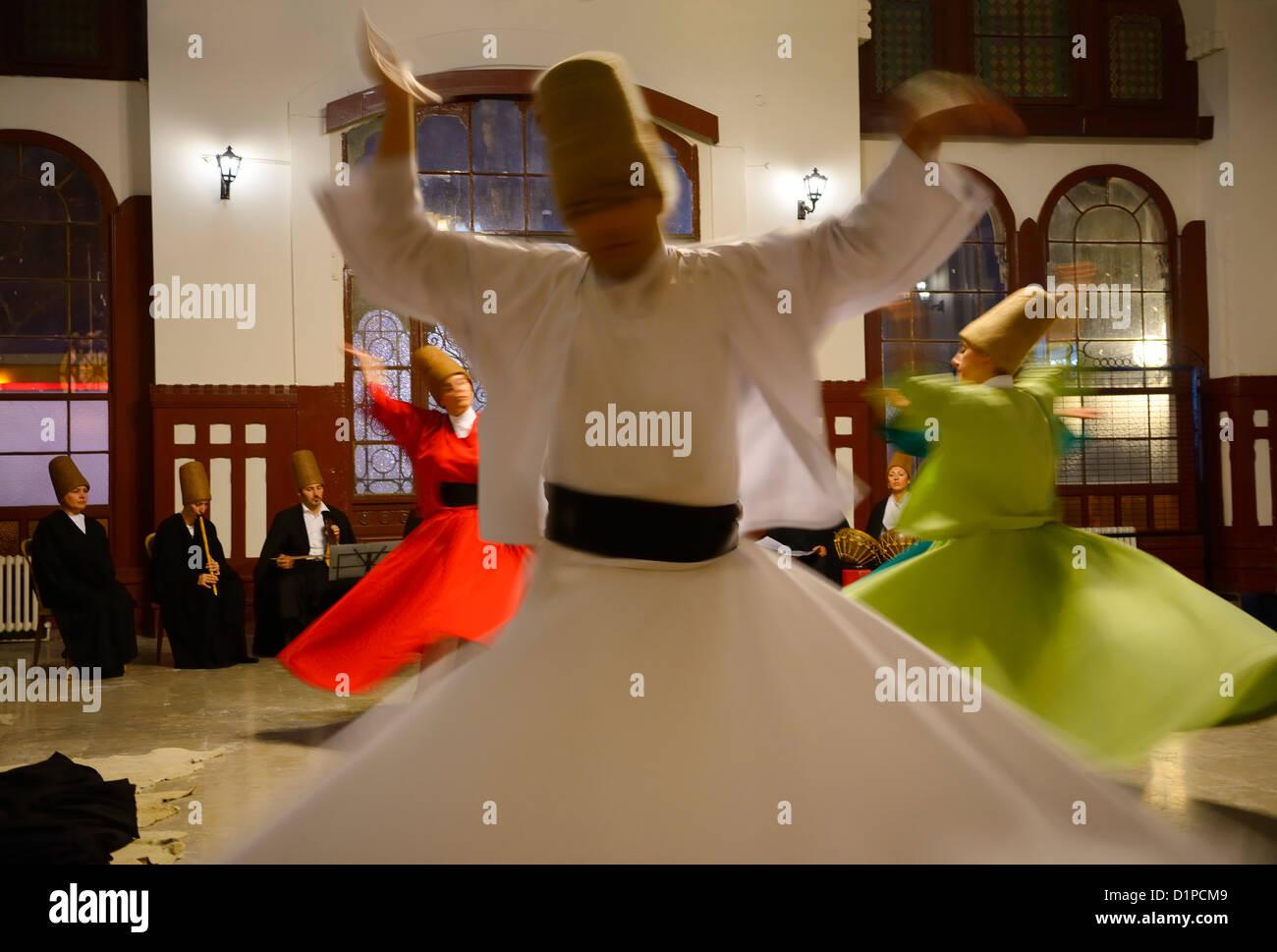 Derviscio armato Sema cerimonia con musicisti e ballerini donne Istanbul Turchia Foto Stock