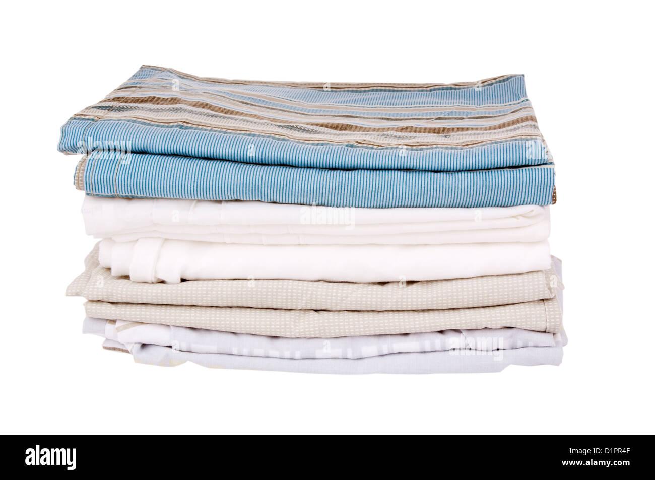 Biancheria da letto fogli piegati e isolato su bianco Immagini Stock