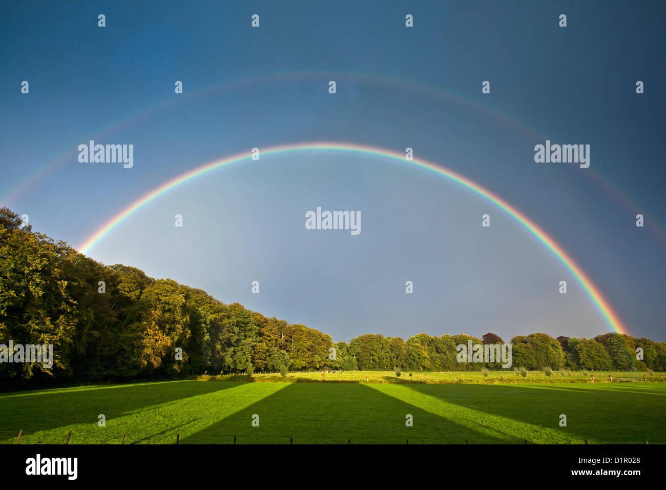 I Paesi Bassi, 's-Graveland. Tenuta rurale chiamato Hilverbeek. Doppio arcobaleno. Immagini Stock