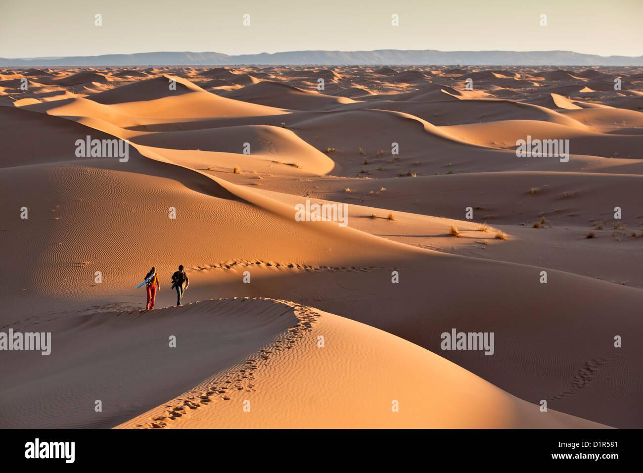Il Marocco, M'Hamid, Erg Chigaga dune di sabbia. Deserto del Sahara. I turisti sulle dune di sabbia. Immagini Stock