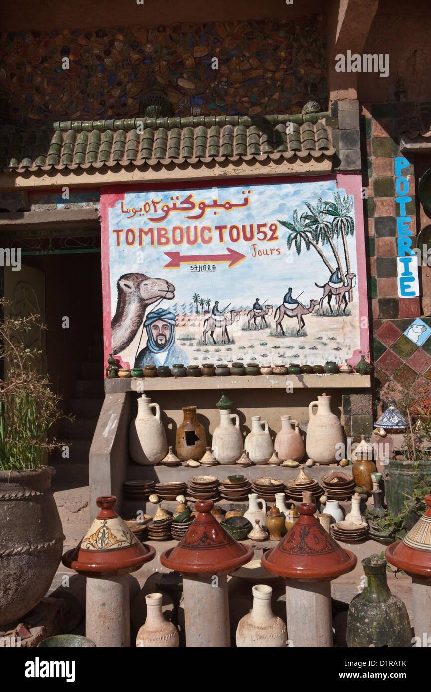 Il Marocco, Tamegroute, vicino a Zagora, strada segno del cammello Tombouctou 52 jours. Timbuctu 52 giorni. Immagini Stock