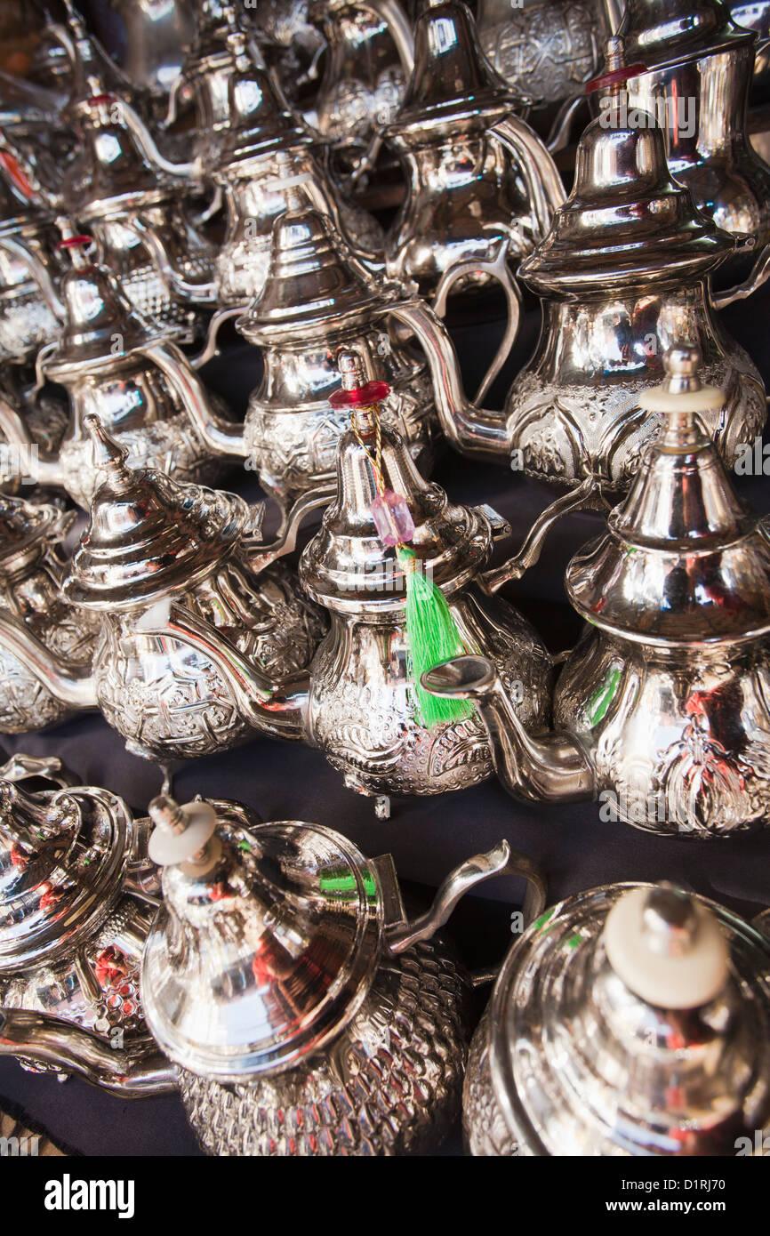 Il Marocco Marrakech, Mercato. Teiere in vendita. Immagini Stock