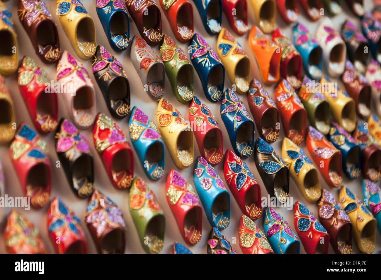 Il Marocco Marrakech, Mercato. Piccoli muli o babouches in vendita. Immagini Stock