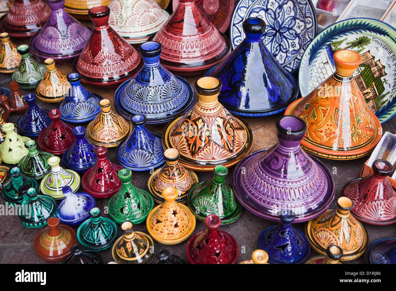 Il Marocco Marrakech, Mercato. Tajine in ceramica per la vendita. Immagini Stock