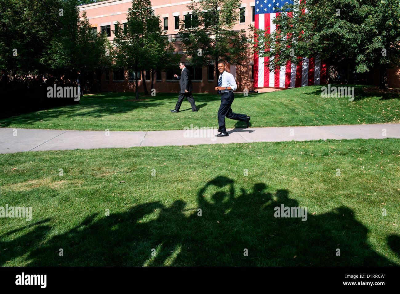 Il Presidente Usa Barack Obama sorrisi come egli passa il tifo sostenitori sul suo modo di fase in una Campagna Immagini Stock
