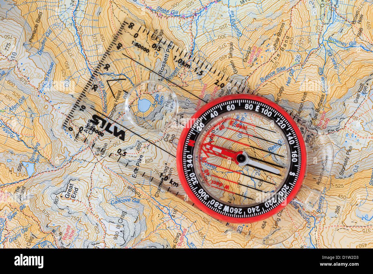 Bussola di navigazione verso nord con le linee della griglia in un'Harvey's 1:40000 passeggiate ed escursioni Immagini Stock