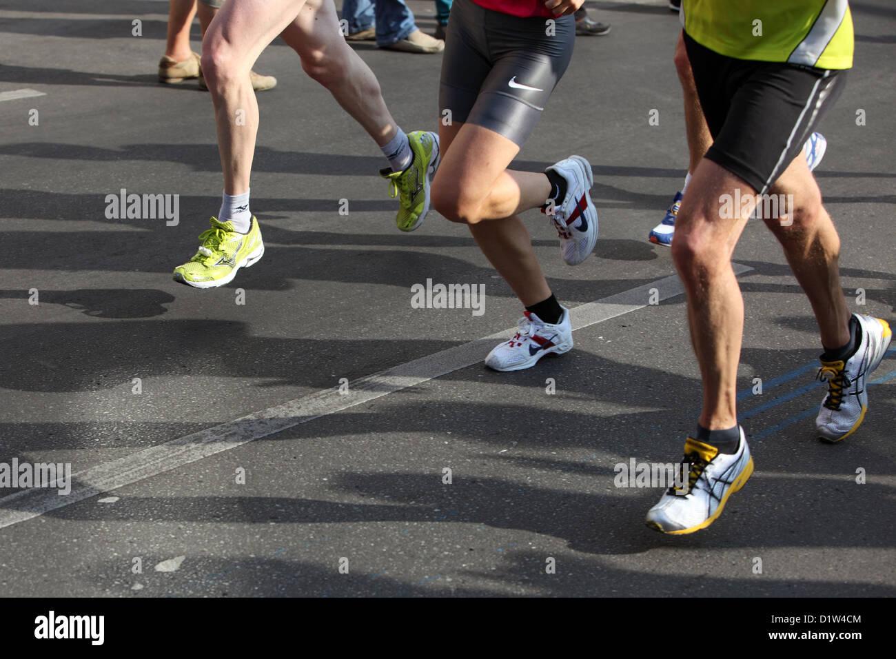 Berlino, Germania, i corridori della maratona le loro ombre sulla strada Immagini Stock