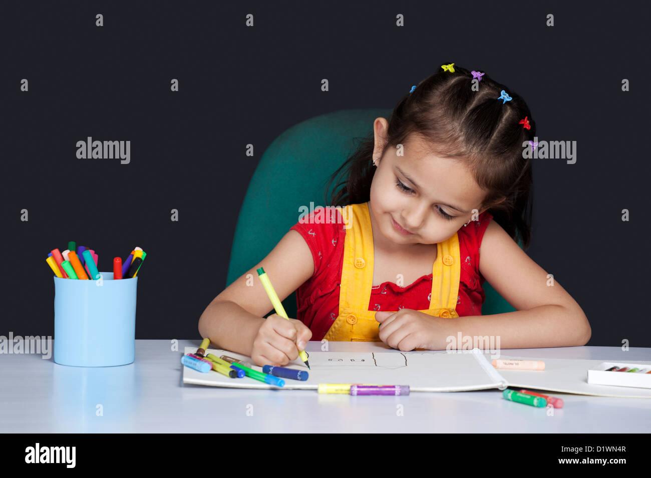 Ragazza di disegno con pennarello colorato Foto Stock