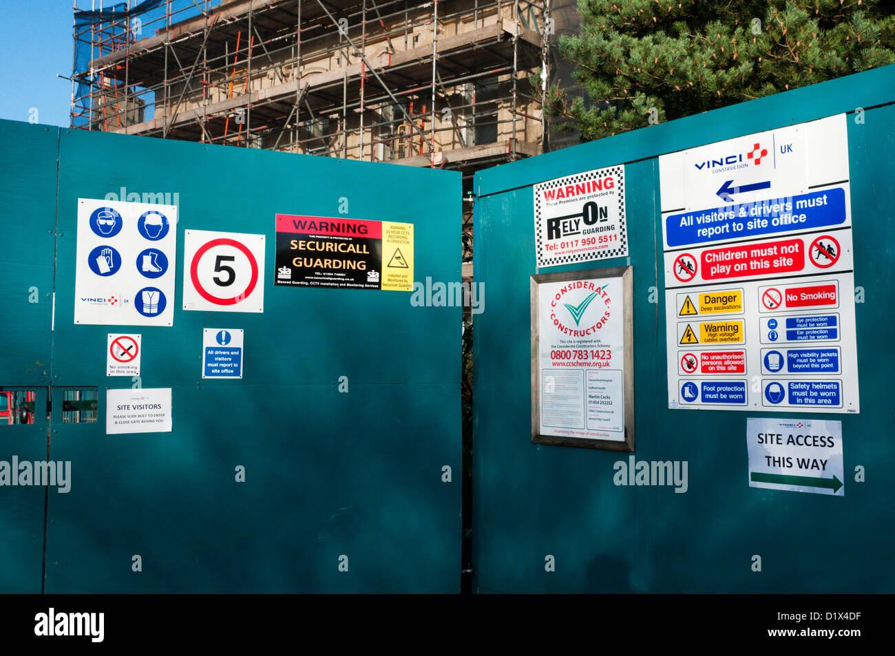 Sito Avvisi di sicurezza all'entrata di un sito in costruzione. Immagini Stock