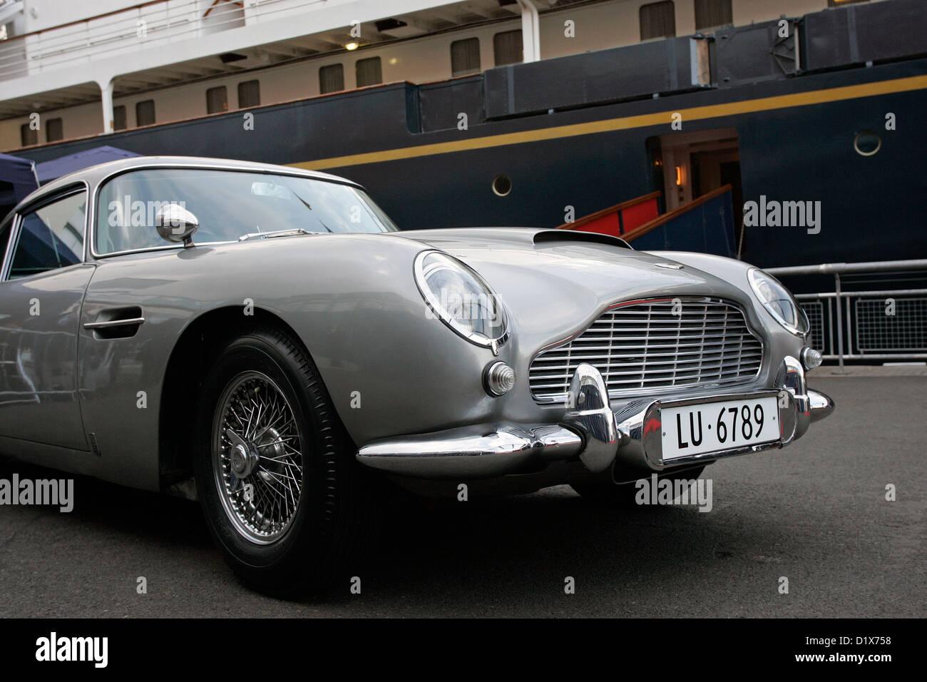 L'originale James Bond Aston Martin DB5 (sporting numero svizzero piastre) parcheggiate accanto al Royal Yacht Immagini Stock