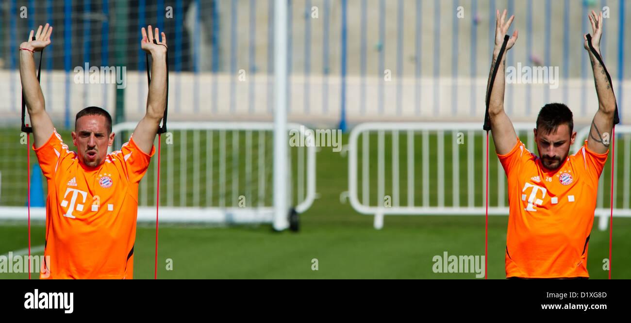 Diego Contento (R) e Franck Ribery pratica sul campo durante la stagione invernale il training camp a Doha, Qatar, Immagini Stock