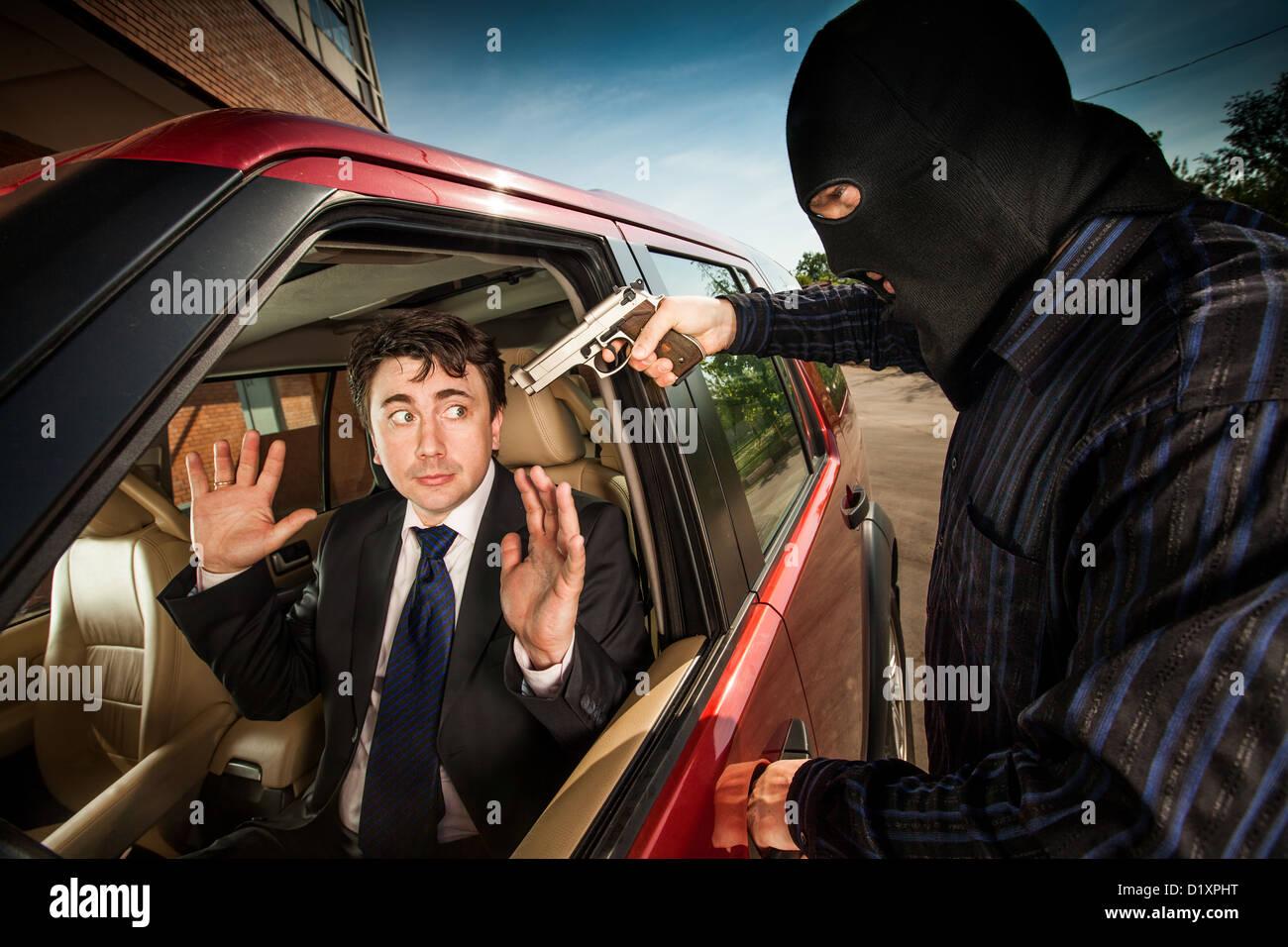 La rapina di imprenditore della sua automobile Foto Stock