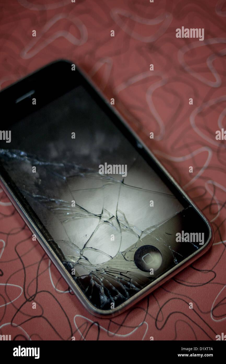 ca2365b5172 Apple iPhone con schermo rotto Foto & Immagine Stock: 52835534 - Alamy