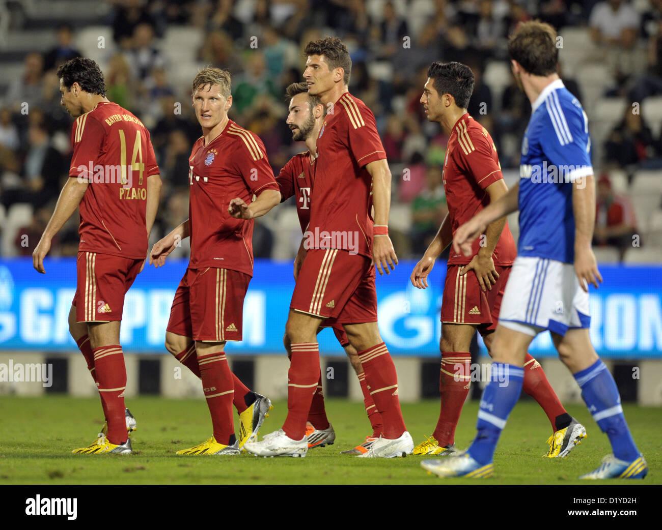 Schalke Christian Fuchs (R) passeggiate passato Monaco di Baviera celebra Claudio Pizarro, Bastian SCHWEINSTEIGER, Immagini Stock