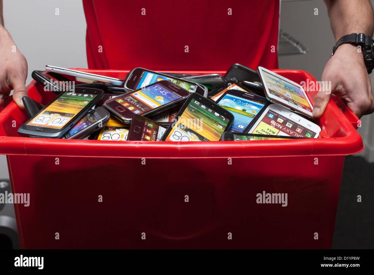 Scatola piena con i telefoni cellulari Immagini Stock