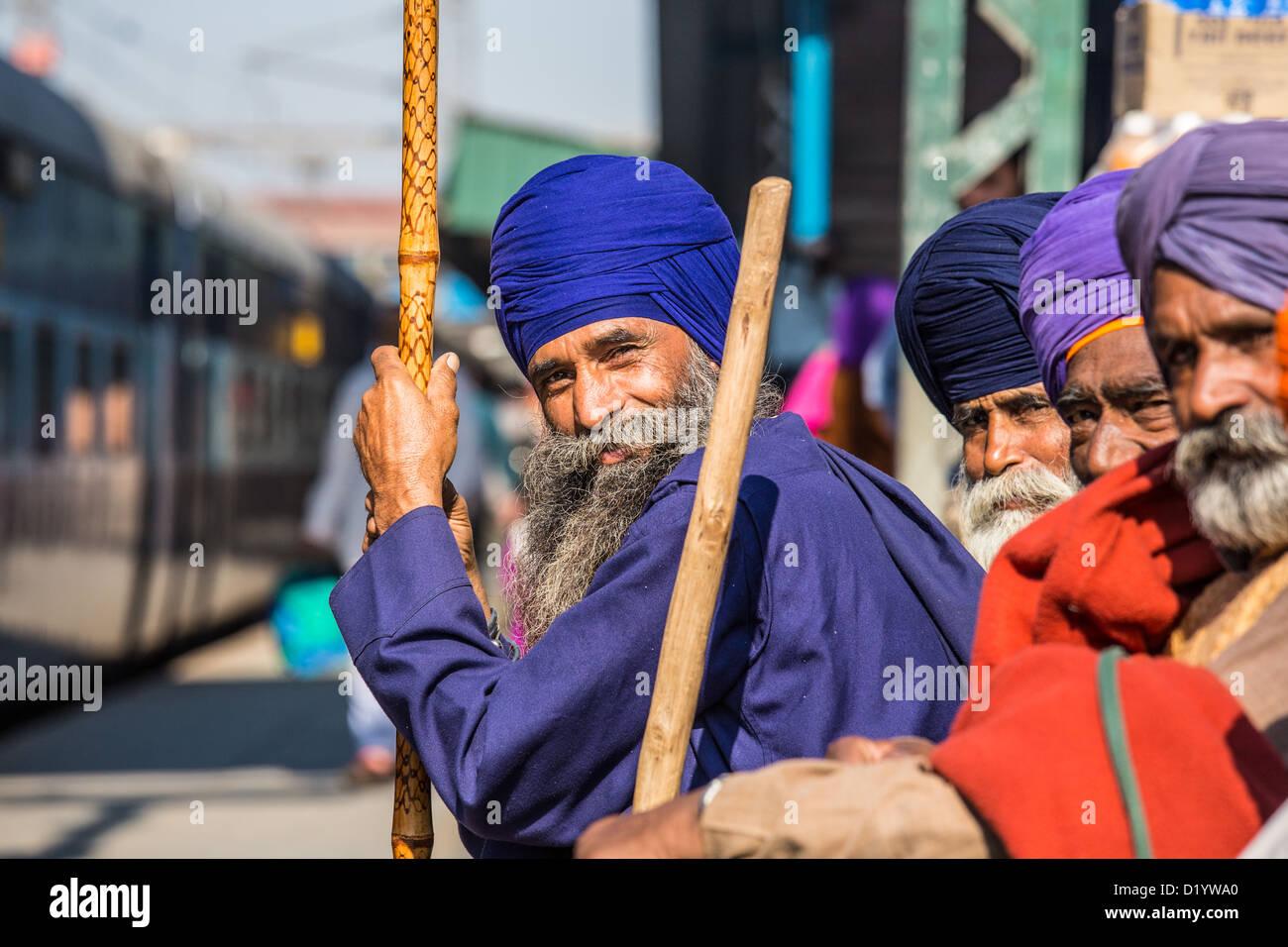 La religione sikh uomini presso la Stazione Ferroviaria di New Delhi, Delhi, India Immagini Stock