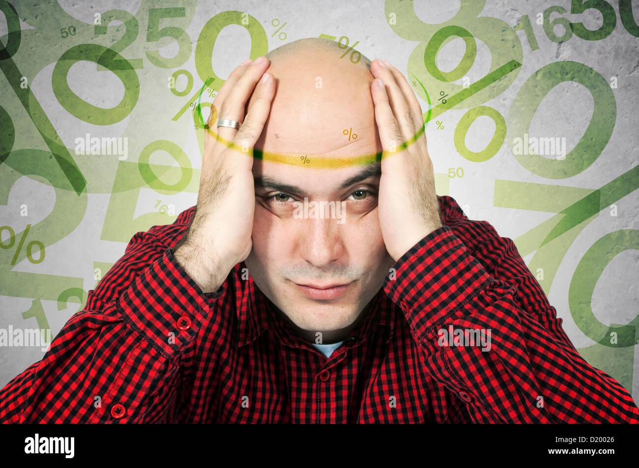 Man aventi mal di testa a causa dei tassi ipotecari, generato dal computer segni di percentuale di volare intorno Immagini Stock