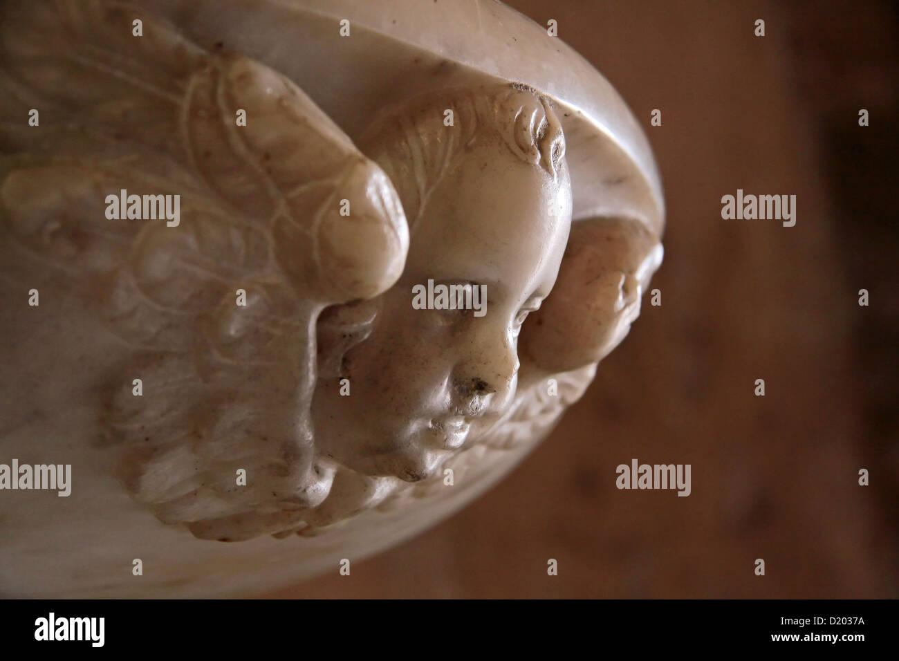 Fonte battesimale della chiesa di Moustiers-Sainte-Marie, Provenza, Francia Immagini Stock