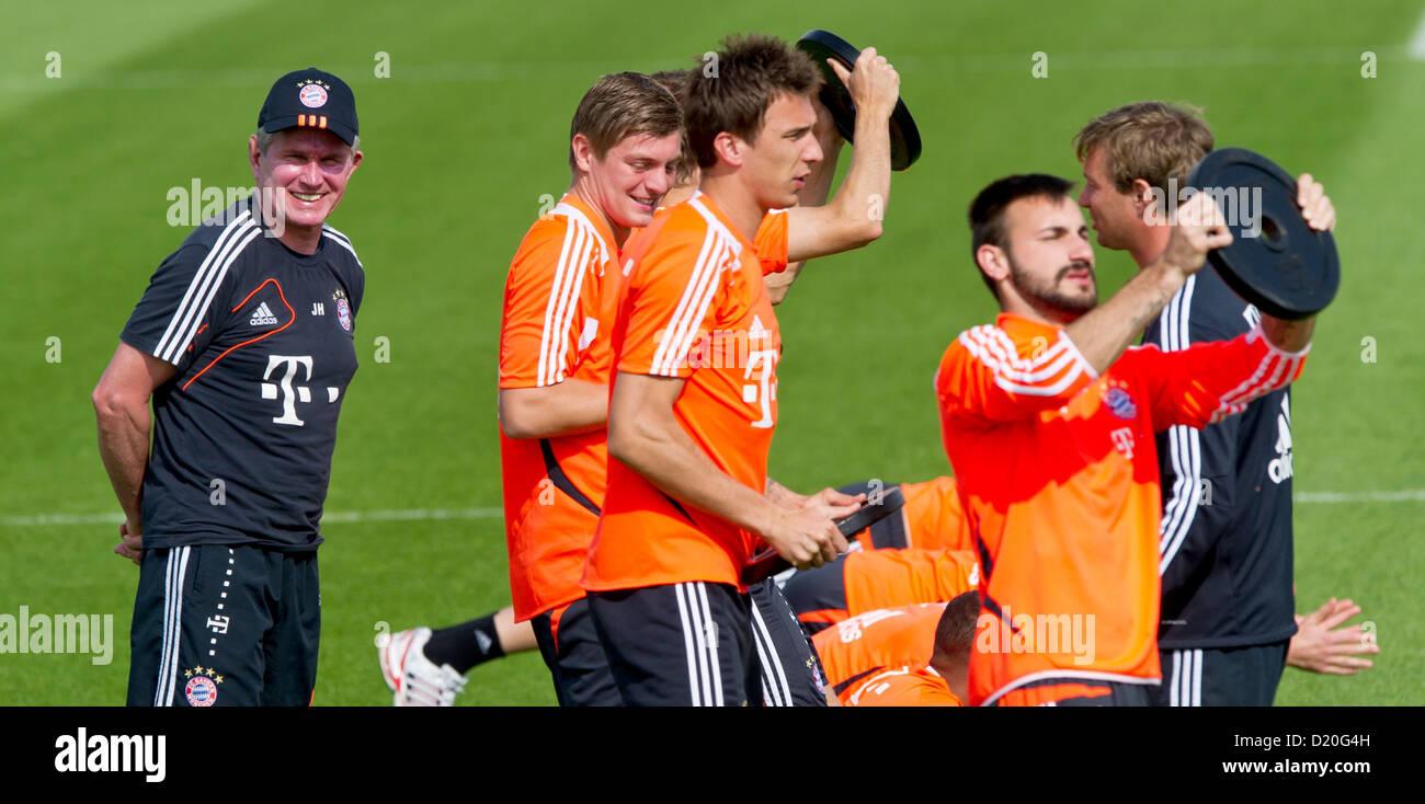 Monaco di Baviera allenatore Jupp Heynckes (L) orologi Toni Kroos (L-R), Mario Mandzukic e Diego contento durante Immagini Stock