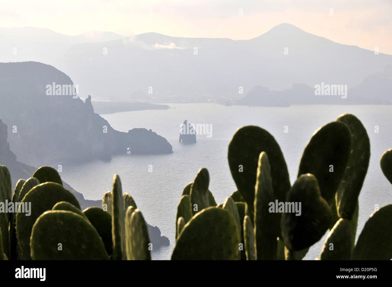 La Westcoast dell isola di Lipari con Isola di Vulkano, Isole Eolie, in Sicilia, Italia Immagini Stock