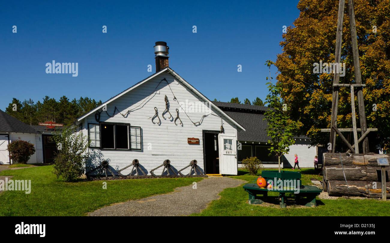 Il negozio di fabbro ferraio al Camp 5 Logging Camp in Laona, Wisconsin Immagini Stock