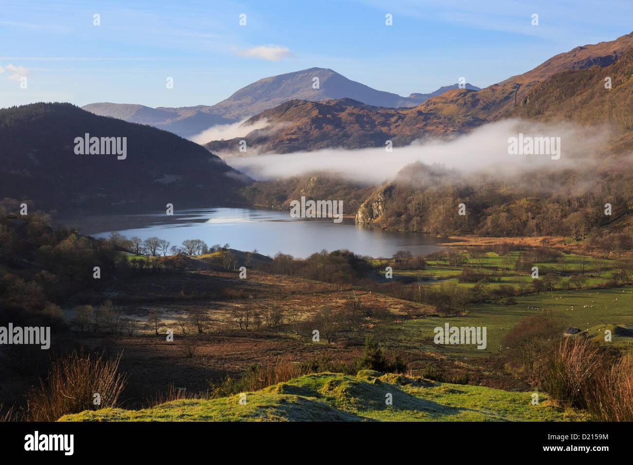 Vista panoramica lungo Nant Gwynant valle a Llyn Gwynant lago con nebbia nelle montagne del Parco Nazionale di Snowdonia, Immagini Stock