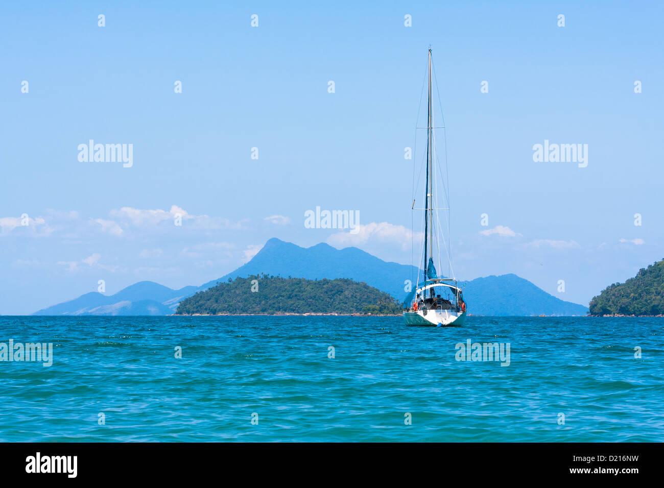Barca a vela sul mare di Ilha Grande, visto da Lopes Mendes beach, Angra dos Reis, Stato di Rio de Janeiro, Brasile Immagini Stock