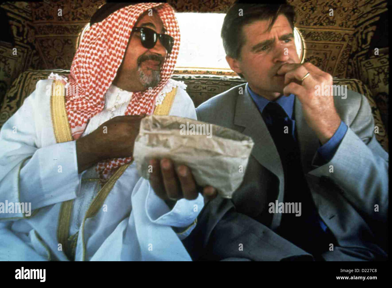 Esc: carico umano - Flucht aus Saudi-Arabien Esc: carico umano Zeev Revach, Treat Williams.Caption locale *** 1998 Immagini Stock