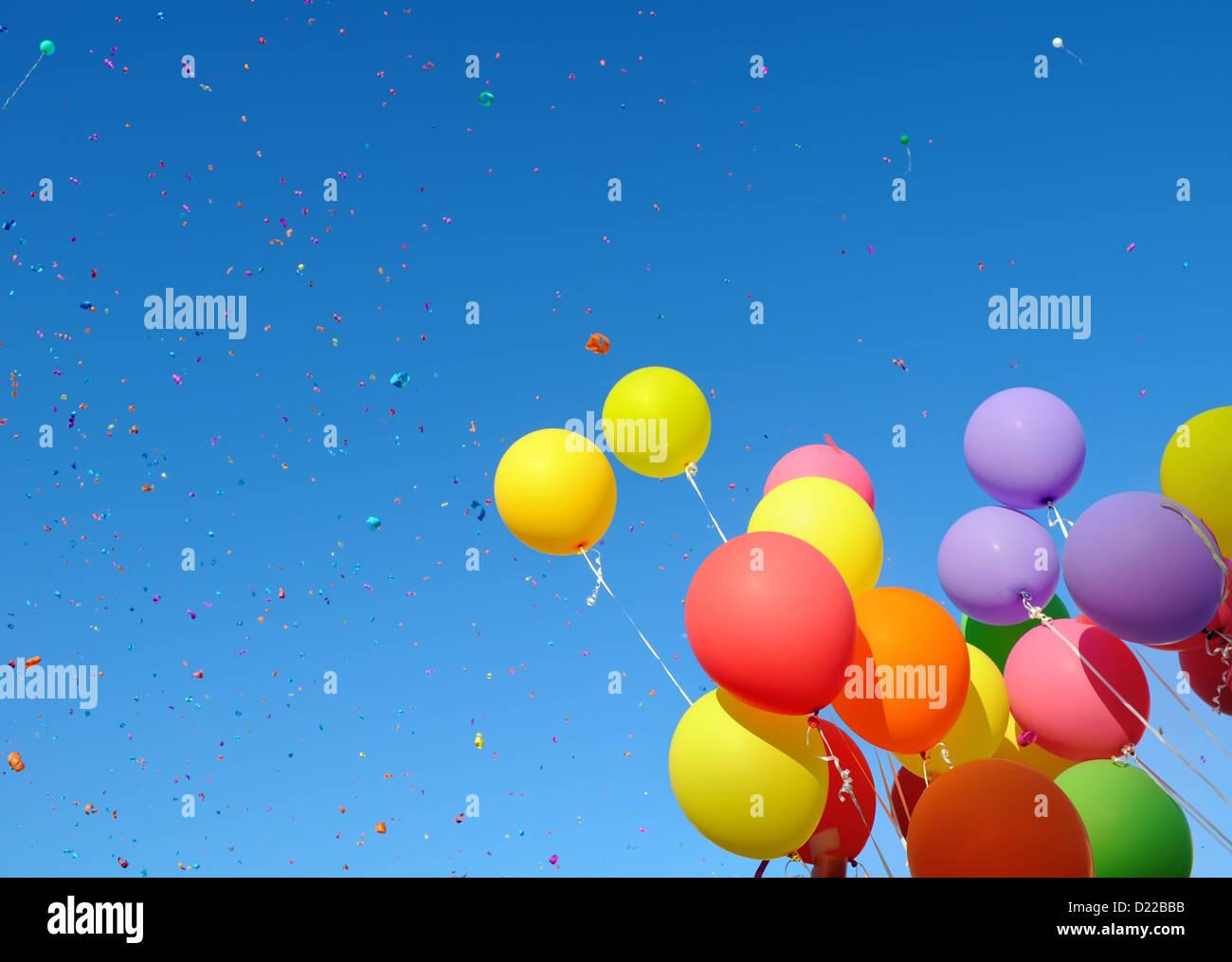 Palloncini multicolori e coriandoli nella festa della città Immagini Stock