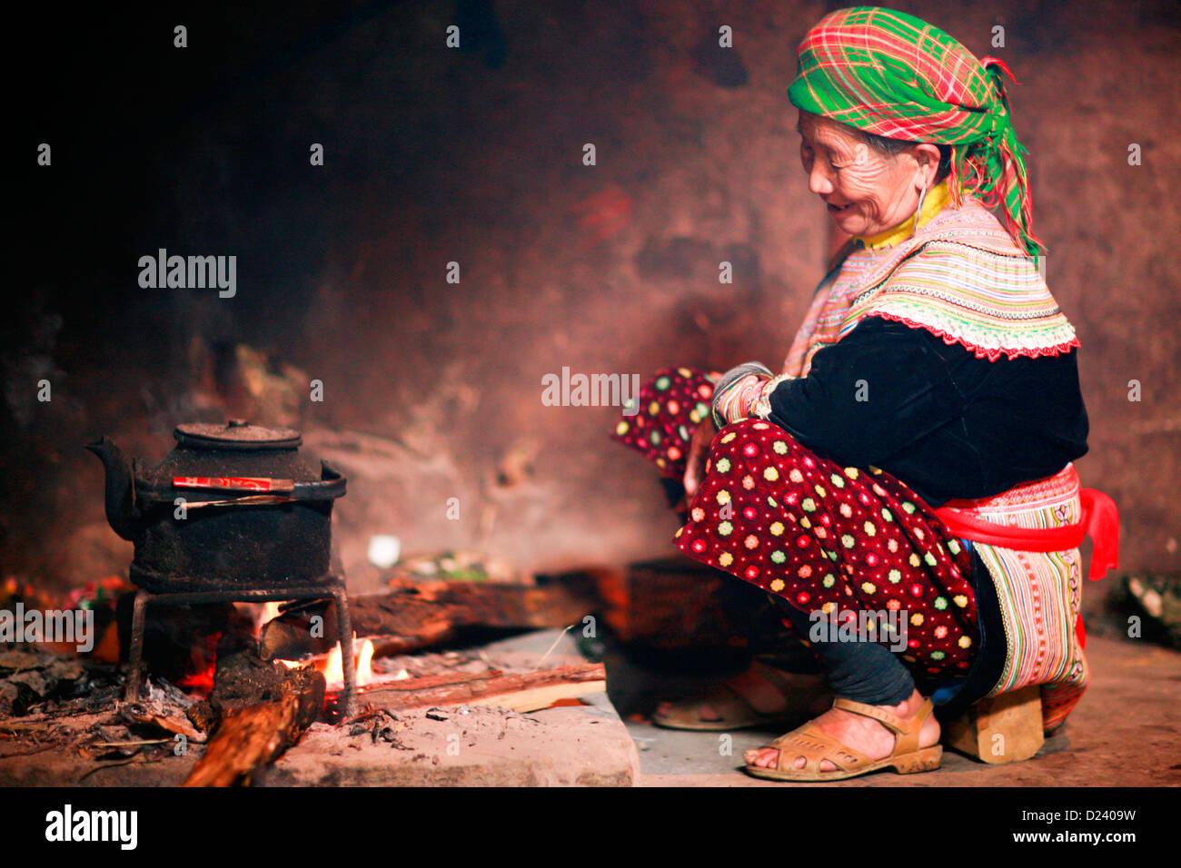 Fiore tribeswoman Hmong il tè nella sua casa vicino a Bac ha nel Nord Ovest del Vietnam, in Asia. Immagini Stock