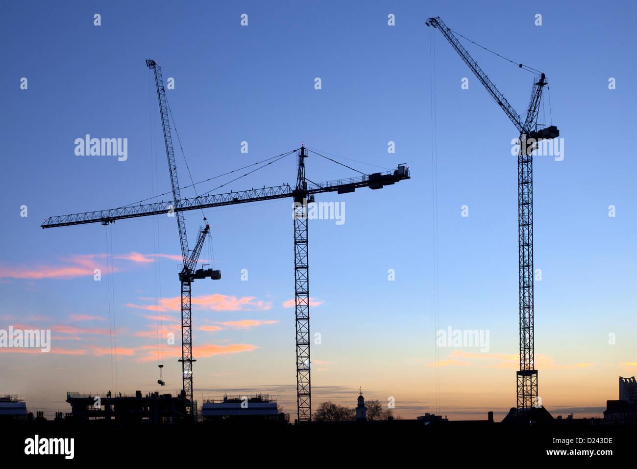 Gru sul lavoro di costruzione di nuovi uffici su London Southbank, London Bridge trimestre al crepuscolo, Southwark, Immagini Stock