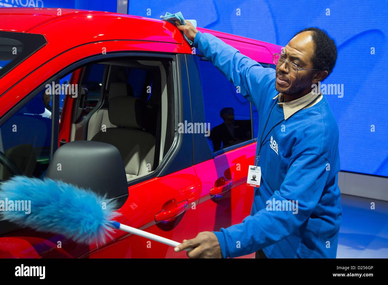Detroit, Michigan - un lavoratore lucidi un Ford Transit Connect carro al North American International Auto Show. Immagini Stock