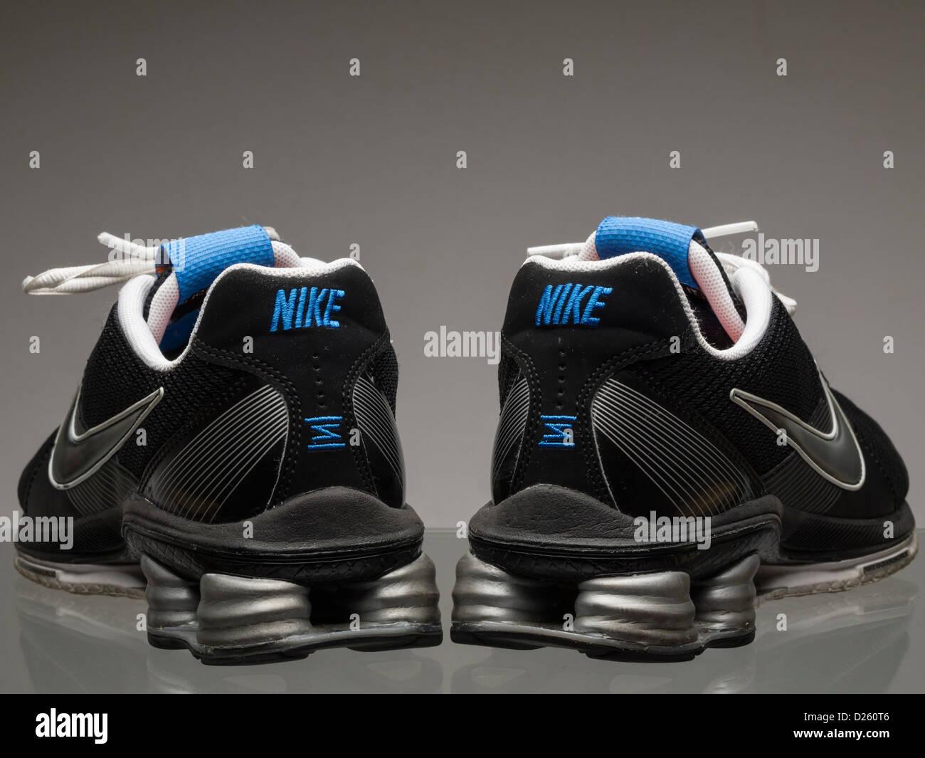Coppia di nero scarpe da running Nike Foto stock Alamy