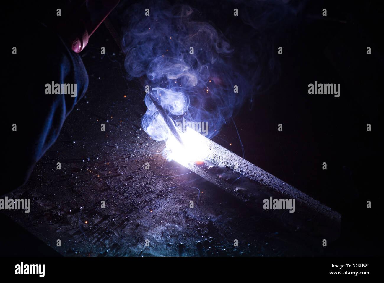 Il processo industriale di MMA saldatura Stick utilizzato in cantieri navali, cantieristica navale, industria pesante, Immagini Stock