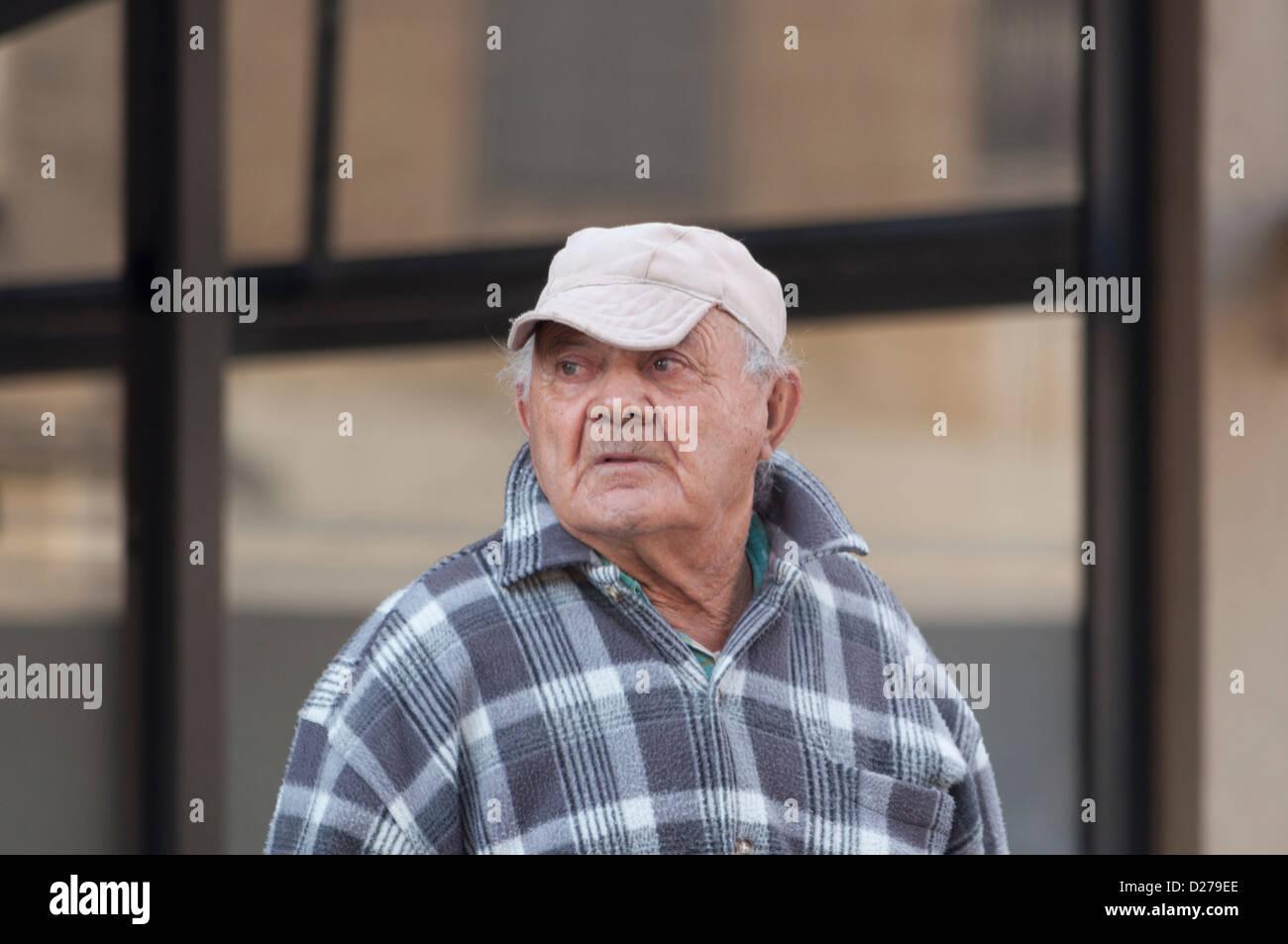 Uomo Vecchio attraversando via della città Immagini Stock