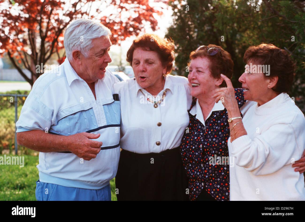 Anziani: un uomo e 3 donne, tutti nel loro 70S Immagini Stock