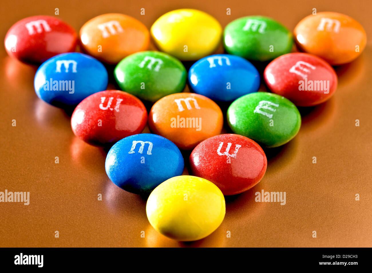 M&M formato nella forma triangolare Immagini Stock