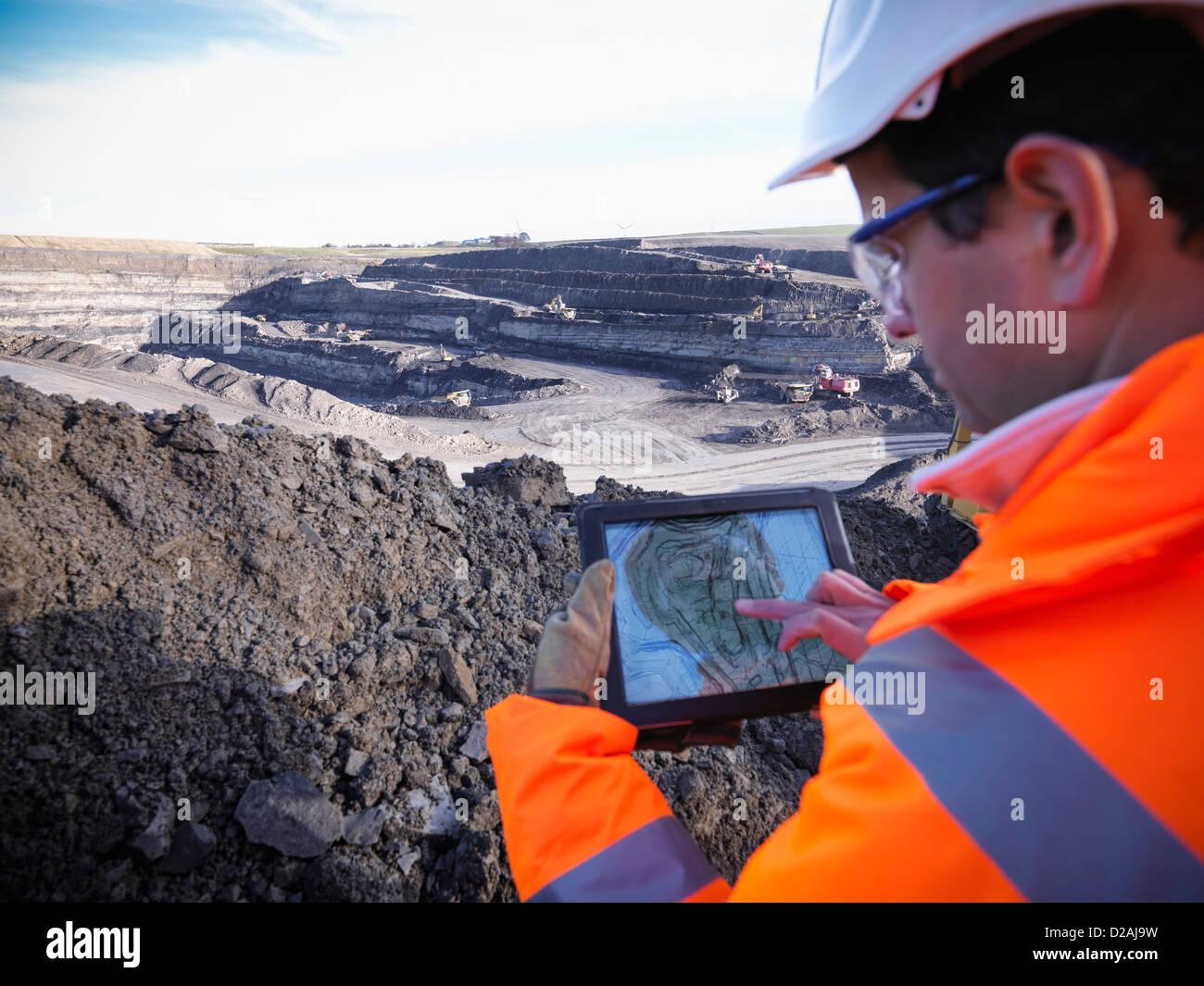 Ecologista esaminando la superficie della miniera di carbone Immagini Stock