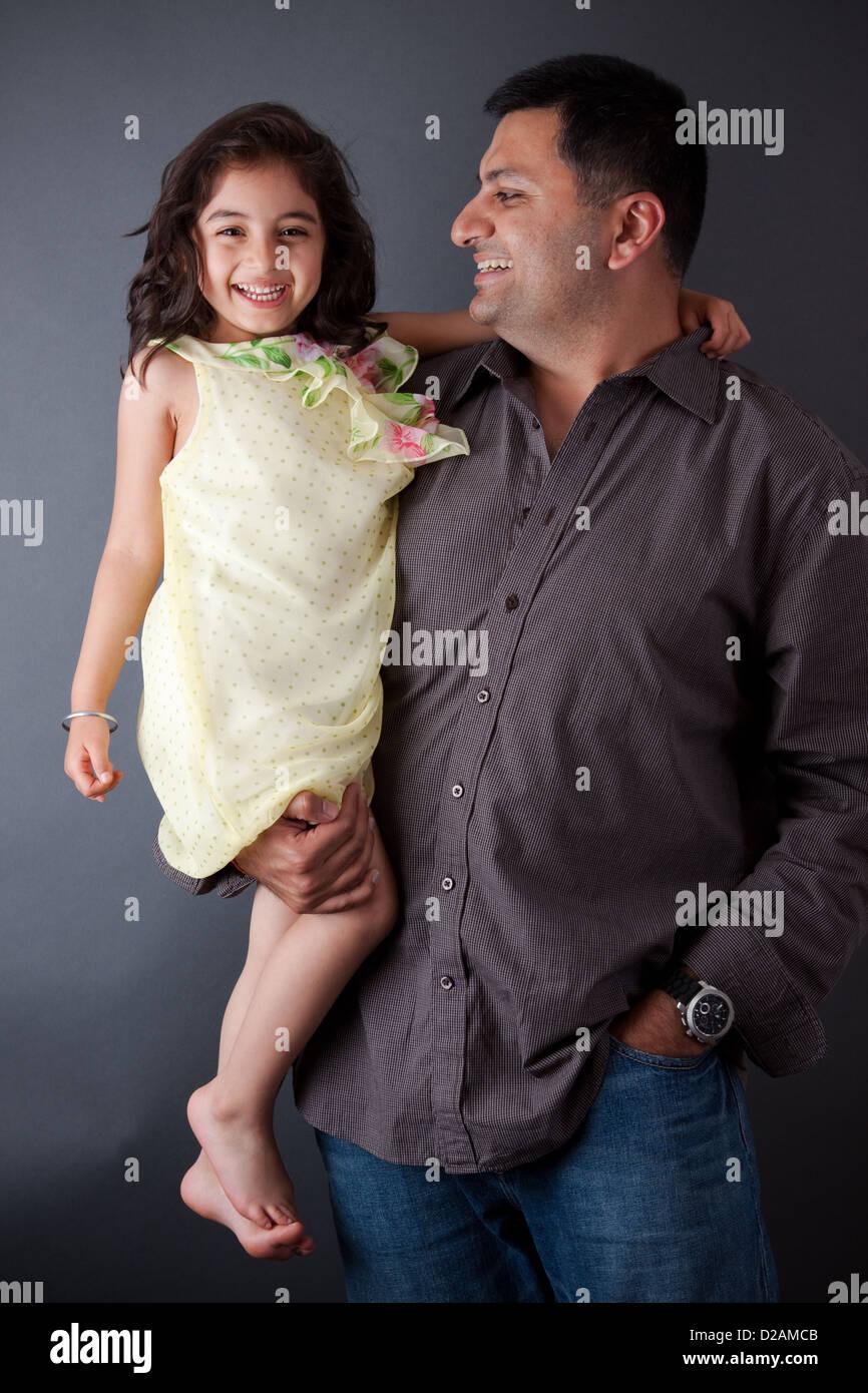 Ritratto di un Oriente uomo indiano a ridere con sua figlia Immagini Stock
