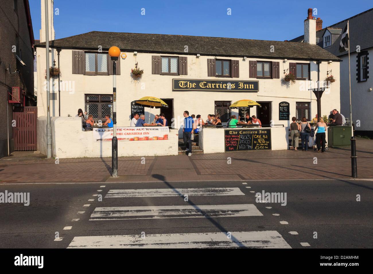 Le persone sedute a bere al di fuori dei trasportatori su strada Inn pub su una soleggiata sera a Bude, Cornwall, Immagini Stock