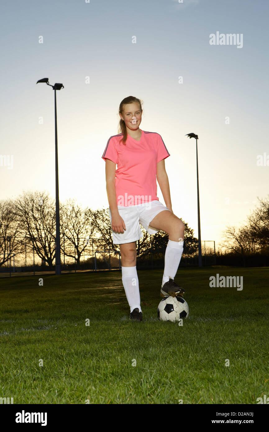 Giocatore di football in piedi con sfera Immagini Stock