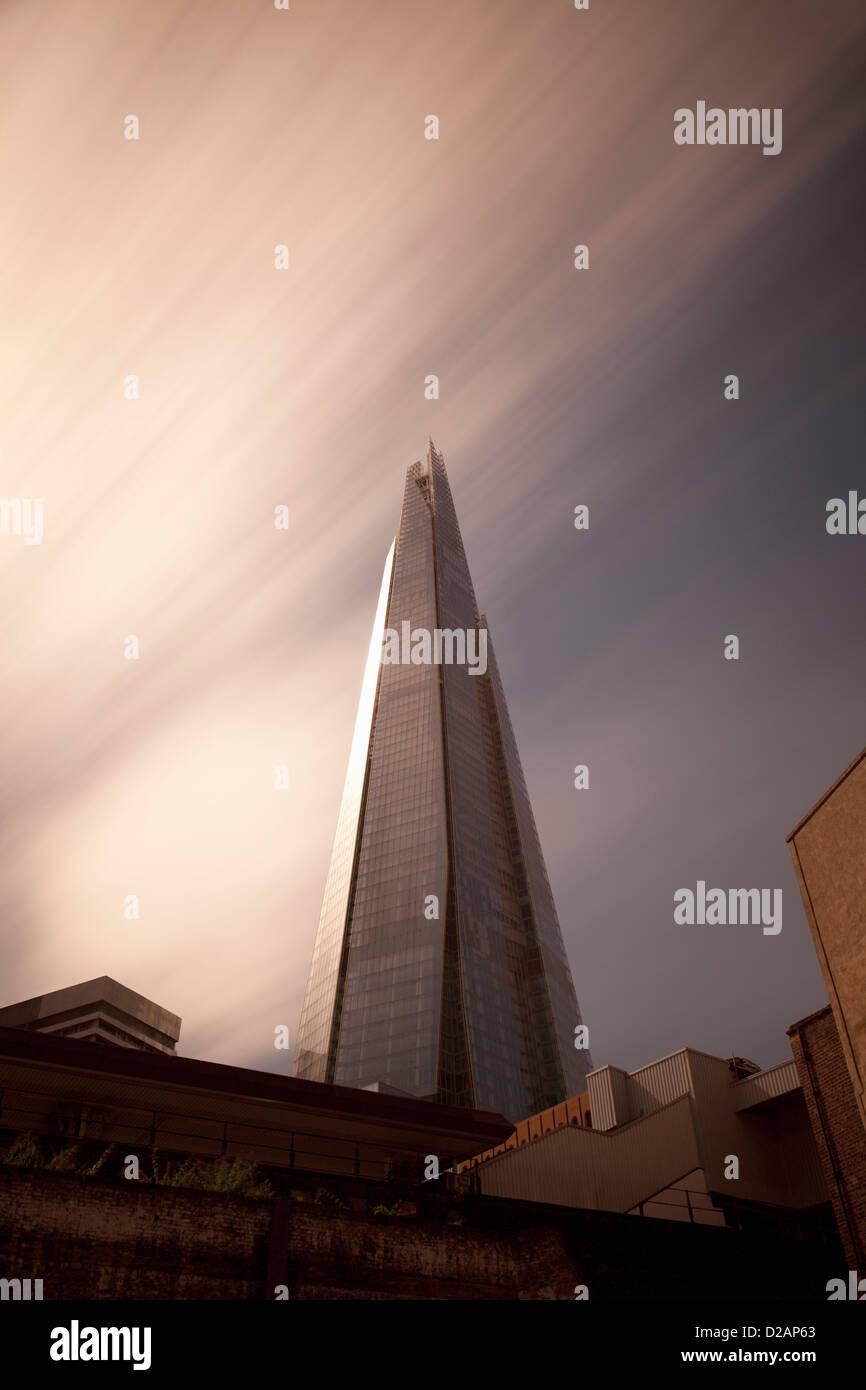 Grattacielo affacciato su strade di città Immagini Stock