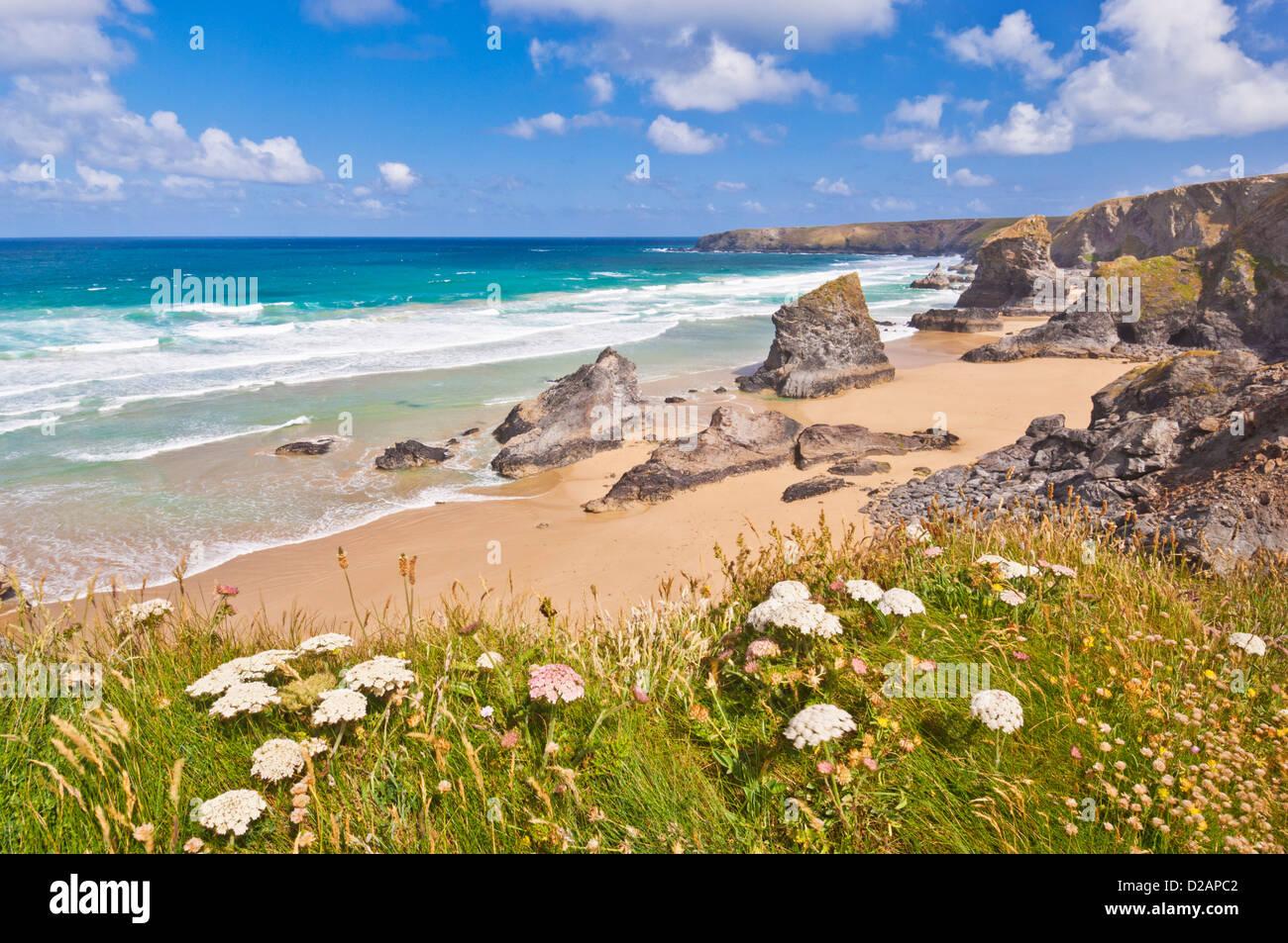 Tregurrian e la spiaggia con la bassa marea North Cornwall Inghilterra UK GB EU Europe Immagini Stock