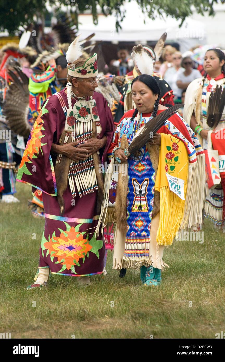 Un raduno Nord America nativi dell'incontro la gente ballare cantare socializzare onorare la cultura degli indiani Foto Stock