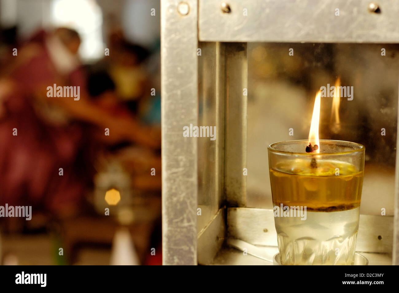 Olio lampada Diya sulla preghiera speciale offerto da Jain comunità religiose in India Immagini Stock