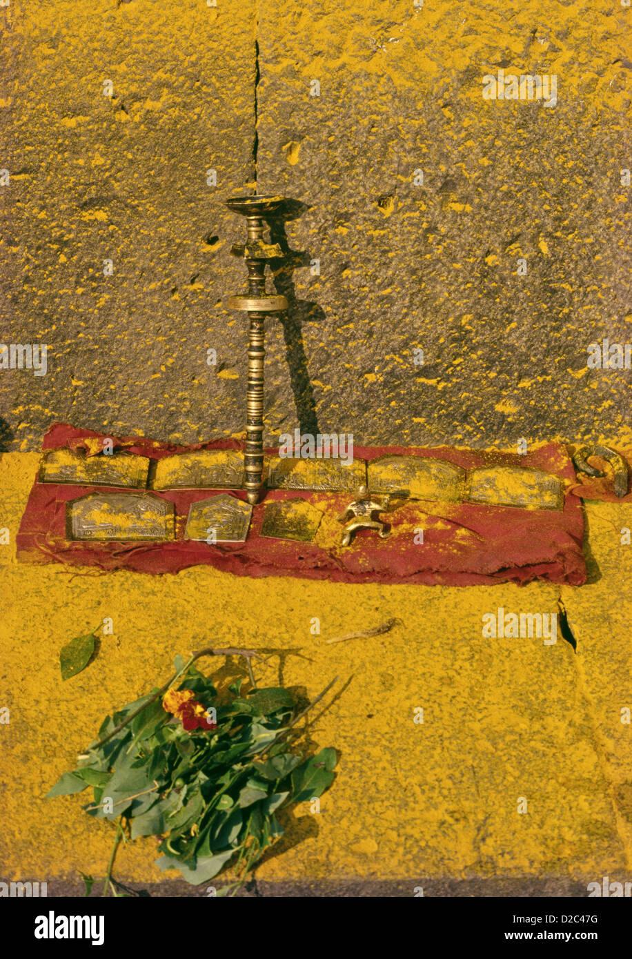 La famiglia immagini di Khandoba sono mantenuti per adorare lungo il radiante tempio giallo muro di pietra. Jejuri, Immagini Stock