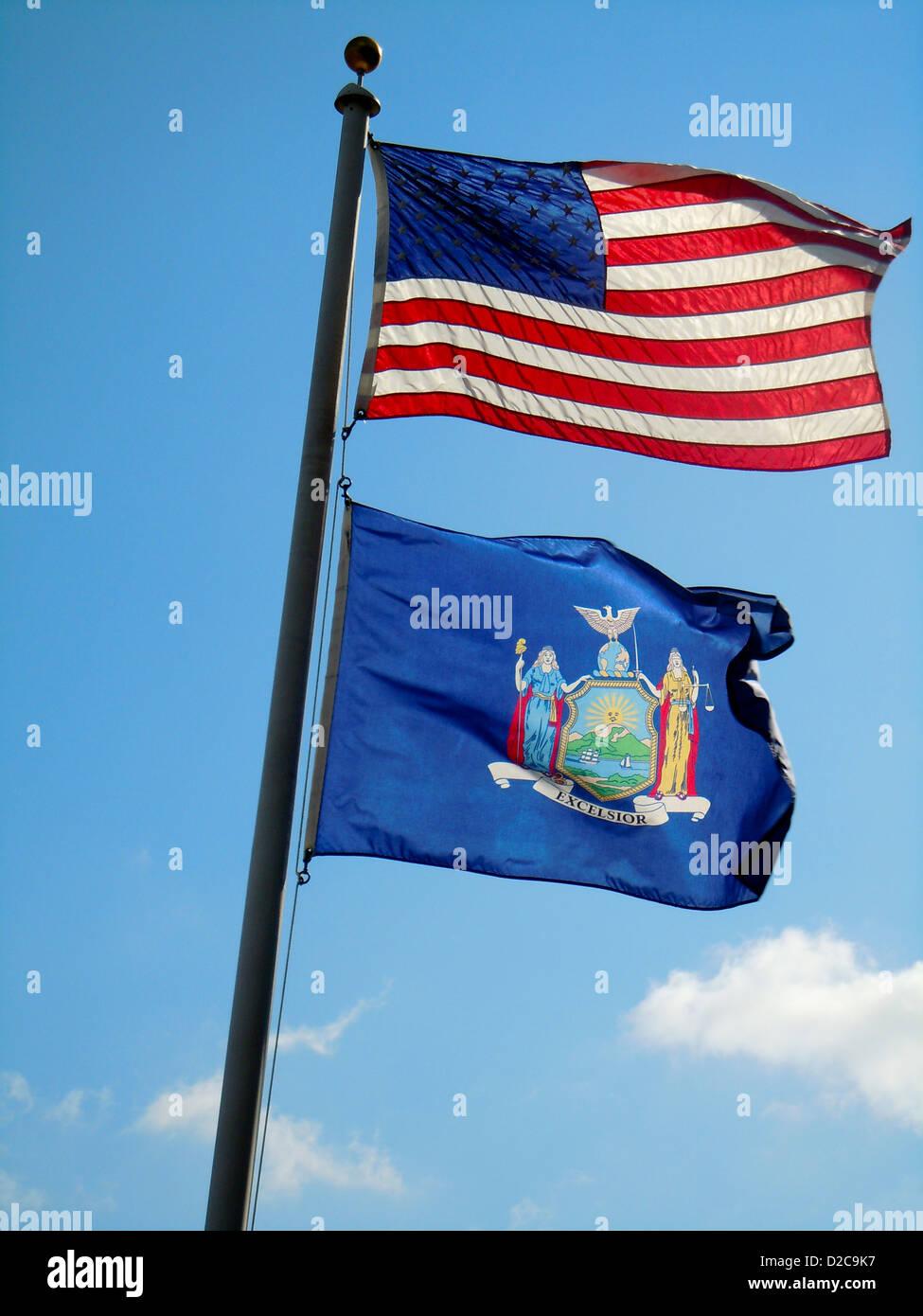 Lo stato di New York e Stati Uniti Bandiere Foto Stock