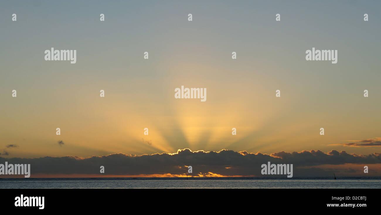 Al tramonto i raggi di rottura attraverso zolle Immagini Stock
